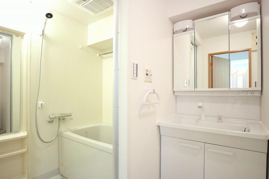 清潔感あるバスルーム。シャンプードレッサーで毎日の身だしなみチェックを