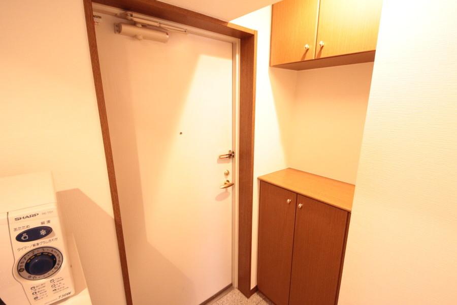 シューズボックスで玄関先も片付きます。天板はちょっとした小物置きに