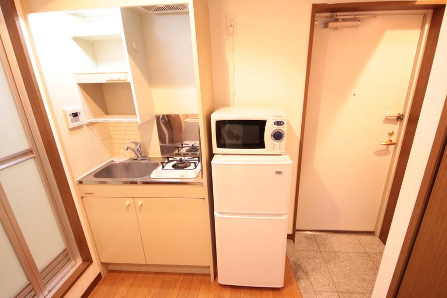 コンパクトなキッチンは吊り棚付き。食器が収納できます