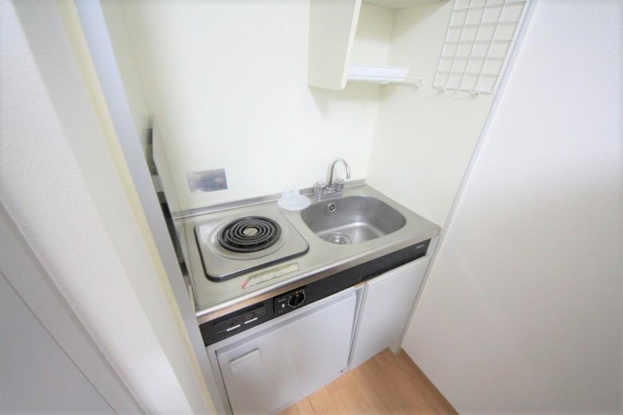 コンパクトサイズのキッチン。便利な吊り棚つきです