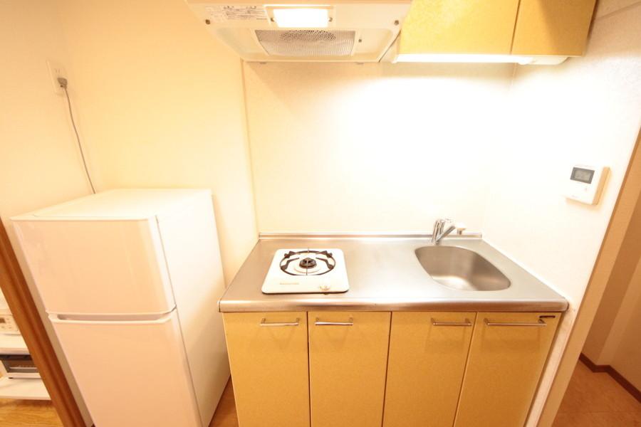 収納力抜群のキッチン横には冷蔵庫を設置。料理がはかどります