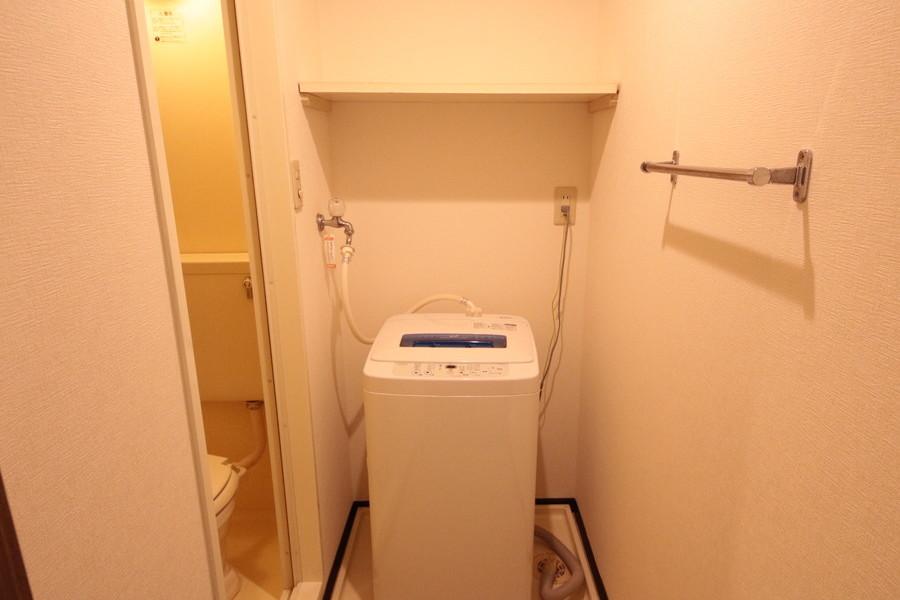 洗濯機は室内設置。便利な小物棚つきです