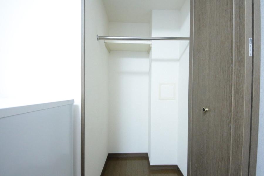 クローゼットは高さ&スペース充分。丈の長い服もすっきり収納!